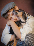 Retrato del muchacho con el perro fotos de archivo