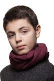 Retrato del muchacho con el suéter y la bufanda Fotografía de archivo