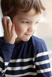 Retrato del muchacho con el teléfono móvil Imagen de archivo libre de regalías