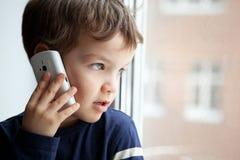 Retrato del muchacho con el teléfono móvil Imágenes de archivo libres de regalías