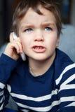 Retrato del muchacho con el teléfono móvil Imagenes de archivo