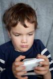 Retrato del muchacho con el teléfono móvil Fotografía de archivo libre de regalías