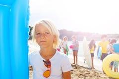 Retrato del muchacho con los amigos en la playa Fotos de archivo libres de regalías
