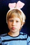 Retrato del muchacho con los oídos del conejito Fotografía de archivo libre de regalías