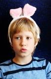 Retrato del muchacho con los oídos del conejito Foto de archivo