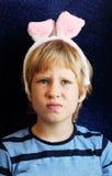 Retrato del muchacho con los oídos del conejito Imagen de archivo