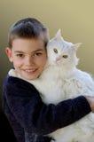 Retrato del muchacho con un gato Fotos de archivo