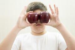Retrato del muchacho con una manzana roja en la mano Foto de archivo