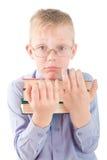 Retrato del muchacho confuso que sostiene tres libros Imagenes de archivo