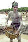 Retrato del muchacho de Bangladesh que trabaja en hoyo de grava Foto de archivo