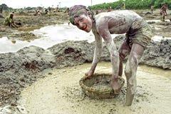 Retrato del muchacho de Bangladesh que trabaja en hoyo de grava Imagen de archivo libre de regalías