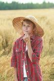 Retrato del muchacho de granja adolescente en sombrero de ala ancha Fotografía de archivo libre de regalías