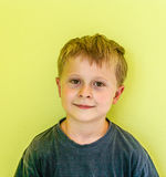 Retrato del muchacho de mirada amistoso Foto de archivo libre de regalías