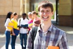 Retrato del muchacho de universidad que sostiene los libros Imagen de archivo