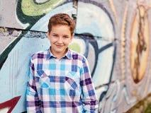 Retrato del muchacho del adolescente adentro al aire libre Fotos de archivo libres de regalías