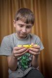 Retrato del muchacho del adolescente con el teléfono móvil en una mano Fotografía de archivo libre de regalías
