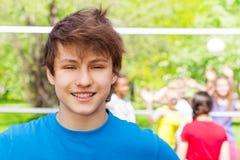 Retrato del muchacho del adolescente que se coloca en patio Fotografía de archivo libre de regalías