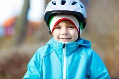 Retrato del muchacho del niño en casco de la bicicleta Imágenes de archivo libres de regalías