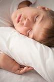 Retrato del muchacho durmiente encantador imagen de archivo libre de regalías