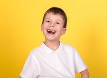 Retrato del muchacho en la camisa blanca en amarillo Fotografía de archivo libre de regalías