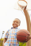 Retrato del muchacho en la cancha de básquet Foto de archivo