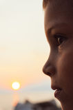 Retrato del muchacho en luz del sol Fotos de archivo