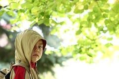 Retrato del muchacho en parque del otoño fotos de archivo