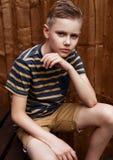 Retrato del muchacho feliz adolescente hermoso al aire libre en patio trasero Foto de archivo libre de regalías