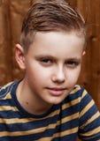 Retrato del muchacho feliz adolescente hermoso al aire libre en patio trasero Fotos de archivo