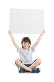 Retrato del muchacho feliz que lleva a cabo la muestra Foto de archivo libre de regalías
