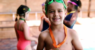 Retrato del muchacho feliz que muestra su medalla y gesticular de oro almacen de metraje de vídeo