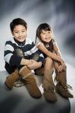 Retrato del muchacho feliz y de la muchacha asiáticos que se divierten fotografía de archivo