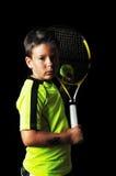Retrato del muchacho hermoso con el equipo del tenis Imagen de archivo libre de regalías