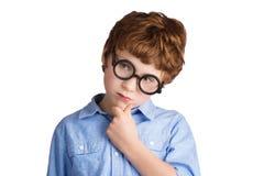 Retrato del muchacho hermoso en el pensamiento redondo de los vidrios Imagen de archivo libre de regalías