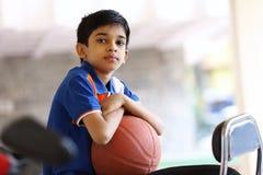 Retrato del muchacho indio con baloncesto Fotos de archivo libres de regalías