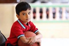 Retrato del muchacho indio con baloncesto Imágenes de archivo libres de regalías