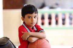 Retrato del muchacho indio con baloncesto Foto de archivo libre de regalías