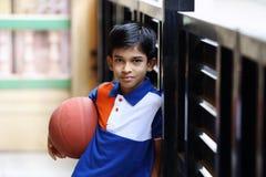 Retrato del muchacho indio con baloncesto Fotografía de archivo libre de regalías