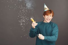 Retrato del muchacho del jengibre en cumpleaños del gasto con los amigos en atmósfera caliente y feliz Pelirrojo atractivo joven Foto de archivo libre de regalías