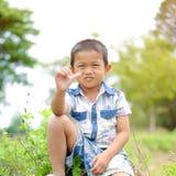 Retrato del muchacho joven en naturaleza Fotos de archivo libres de regalías