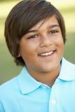 Retrato del muchacho joven en parque foto de archivo