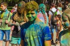Retrato del muchacho joven feliz en festival del color del holi Fotos de archivo