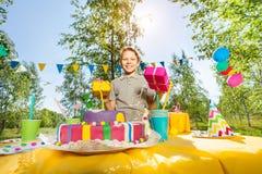 Retrato del muchacho joven feliz que sostiene los regalos de cumpleaños Imagenes de archivo