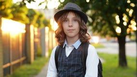 Retrato del muchacho listo lindo feliz con el bolso de escuela Morral moderno El ni?o est? listo para contestar Primera vez a la  almacen de metraje de vídeo