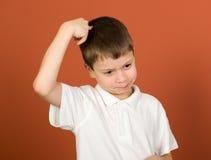 Retrato del muchacho que hace muecas en marrón Imagen de archivo libre de regalías