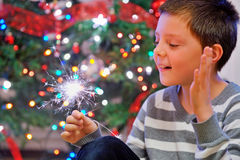 Retrato del muchacho que mira chispas del fuego foto de archivo