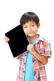 Retrato del muchacho que se coloca con la tableta Fotos de archivo libres de regalías