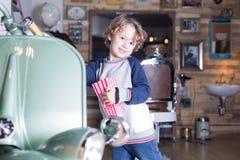Retrato del muchacho rubio precioso que sonríe en la cámara Imagen de archivo libre de regalías