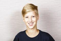 Retrato del muchacho rubio sonriente Fotografía de archivo
