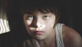 Retrato del muchacho serio atento Fotografía de archivo